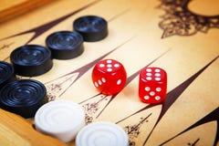 Modigt fält i en brädspel med kuber och räknare Arkivbilder