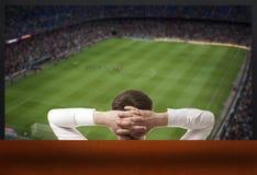 modigt hålla ögonen på för fotbolltv arkivbilder