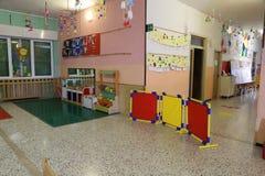 modigt rum i en asyl att utbilda småbarn arkivbild