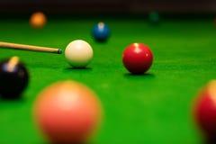 Modigt skott för snooker - spelare som siktar stickreplikbollen royaltyfri foto