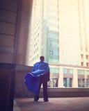 Modigt toppet anseende för affärsman i stad fotografering för bildbyråer