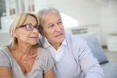 Modische ältere Paare zu Hause Lizenzfreie Stockbilder