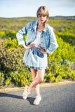 Modische attraktive blonde Aufstellung auf dem Straßenrand Lizenzfreies Stockfoto