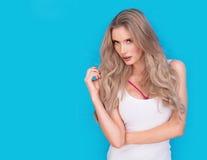 Modische attraktive intensive junge blonde Frau Stockfoto