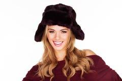 Modische blonde Frau in einem schwarzen Hut Stockfotografie