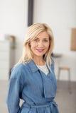 Modische blonde Frau von mittlerem Alter Lizenzfreies Stockfoto
