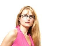 Modische Blondine Attrative mit Brillen lizenzfreie stockbilder