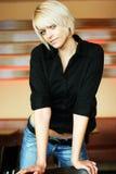 Modische dünne moderne junge blonde Frau Lizenzfreie Stockfotografie