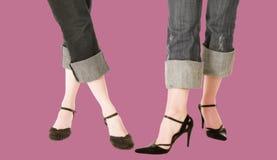 Modische Füße mit Blue Jeans und ledernen Schuhen Stockfotos