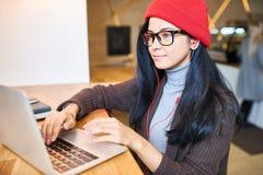 Modische Frau, die im Café Blogging ist Stockbilder