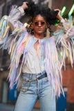 Modische Frau in gestreiftem Unterhemd und in eingesäumter Jacke stockfotografie