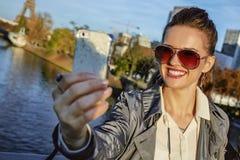 Modische Frau mit der Einkaufstasche, die selfie mit Telefon in Paris nimmt Lizenzfreies Stockbild