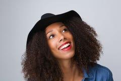 Modische junge Frau, die mit Hut lächelt lizenzfreie stockfotos