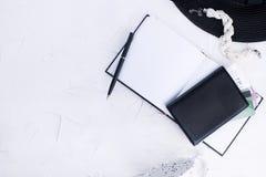 Modische Mode der Frau kleidet Collage auf Weiß, Ebenenlage, Draufsicht Frauen ` s Zubehör Planung Ferien Flache Lage Kopieren Si lizenzfreie stockfotos
