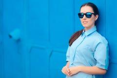 Modische Mode-Frau mit stilvoller Spiegel-Sonnenbrille Stockfotos