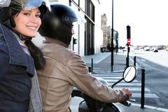 Modische Paare auf einem Moped Lizenzfreie Stockbilder