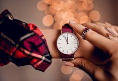 Modische schöne Uhr auf Frauenhand Lizenzfreie Stockbilder