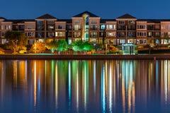 Modische Seeseiten-Eigentumswohnungen stockbild