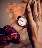 Modische Uhr auf Frauenhand Lizenzfreie Stockbilder