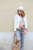 Modische und fantastische blonde Frau in zerrissenen Jeans Stockbild
