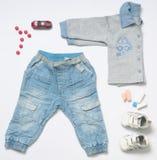 Modischer Blick der Draufsichtmode des Babys kleidet mit Spielzeug Lizenzfreies Stockbild