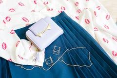 Modischer Blick mit weißem Hemd mit Muster von roten Lippenküssen, herein Stockfotografie