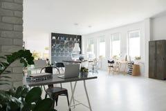 Modischer coworking Raum stockbilder