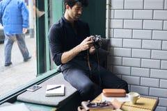 Modischer gekleideter hübscher Berufsfotograf Stockfotos