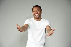 Modischer glücklicher und Spaß-schwarzer Mann, der eine weiße Spitze trägt Lizenzfreie Stockfotos
