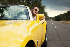 Modischer Kerl beim Sonnenbrillefahren Stockbilder