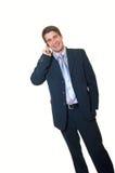 Modischer lächelnder stattlicher Geschäftsmann mit Mobiltelefon stockbilder