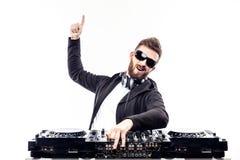 Modischer Mann DJ, der gegen mischende Konsole aufwirft stockfotos
