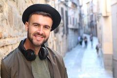Modischer Mann draußen in der Stadt stockfoto