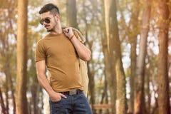 Modischer Mann im Herbstpark Stockfotos