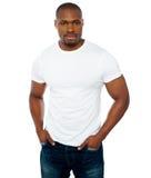 Modischer muskulöser Kerl, der in der Art aufwirft Stockbilder