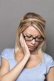 Modisches blondes Mädchen 20s in den Schmerz oder im Haben von Zahnverletzung Stockfotografie