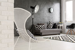 Modisches einfarbiges graues Wohnzimmer lizenzfreies stockfoto
