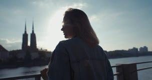 Modisches Hippie-Mädchen, das Zeit in einer Stadt verbringt Lizenzfreie Stockbilder