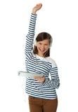 Modisches junges Mädchen, das Musik mit dem angehobenen Arm genießt Stockbilder
