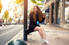 Modisches kaukasisches Mädchen der Junge recht, das an der Europa-Stadt aufwirft stockfotos