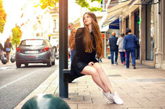 Modisches kaukasisches Mädchen der Junge recht, das an der Europa-Stadt aufwirft lizenzfreies stockbild