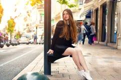 Modisches kaukasisches Mädchen der Junge recht, das an der Europa-Stadt aufwirft lizenzfreie stockfotografie