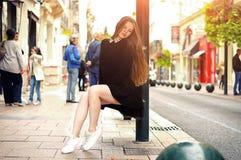 Modisches kaukasisches Mädchen der Junge recht, das an der Europa-Stadt aufwirft lizenzfreie stockbilder