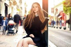 Modisches kaukasisches Mädchen der Junge recht, das an der Europa-Stadt aufwirft lizenzfreies stockfoto