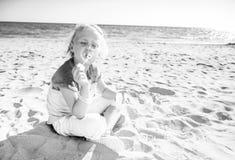 Modisches Mädchen auf Schlagblasen der Seeküste lizenzfreies stockfoto