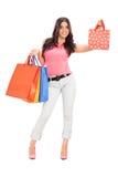 Modisches Mädchen, das Einkaufstaschen hält Stockfotografie