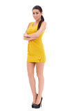 Modèle aux longues jambes espiègle posant sur le blanc Image stock