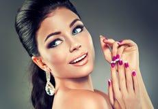 Modèle avec le vernis à ongles à la mode Photos stock