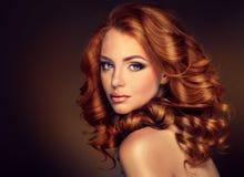 Modèle de fille avec de longs cheveux rouges bouclés Images libres de droits