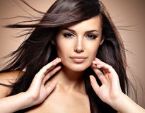 Modèle de mode avec le long cheveu droit de beauté Photos stock